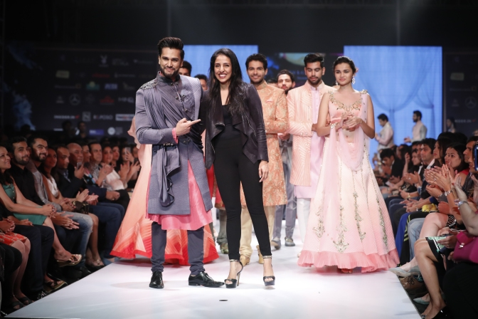 6th-edition-pune-fashion-week-mr-world-rohit-khandelwal-look-suave-as-a-showstopper-in-nivedita-saboos-collection-at-the-grand-finale-1