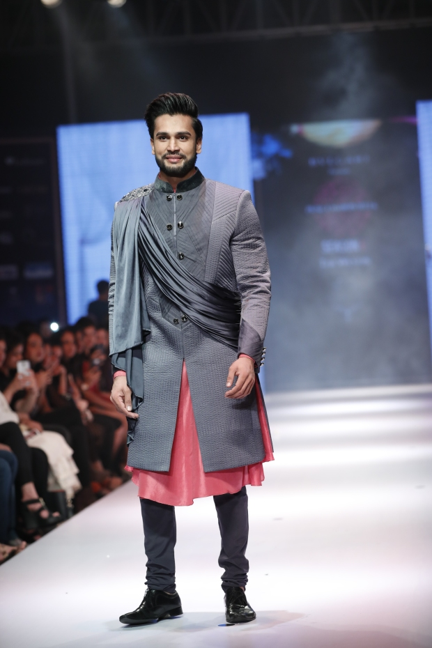 6th-edition-pune-fashion-week-mr-world-rohit-khandelwal-walks-the-ramp-as-a-showstopper-for-designer-nivedita-saboo-at-the-grand-finale