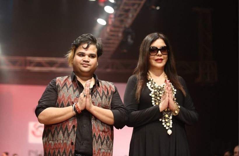 bollywood-actress-zeenat-aman-walked-ramp-for-jewellery-designer-akassh-k-aggarwal-at-india-runway-week-4