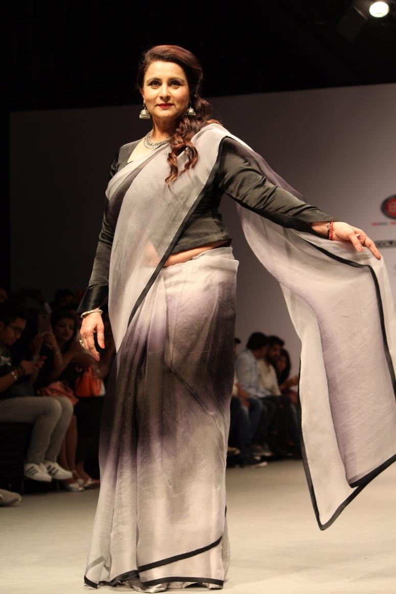 Poonam Dhillon dazzled in beautiful Grey abd black Saree